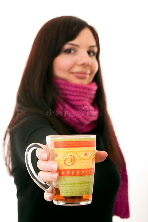 Ofrece una taza de té imagen de archivo