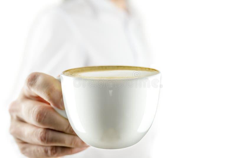 Ofreciéndole la taza de café foto de archivo
