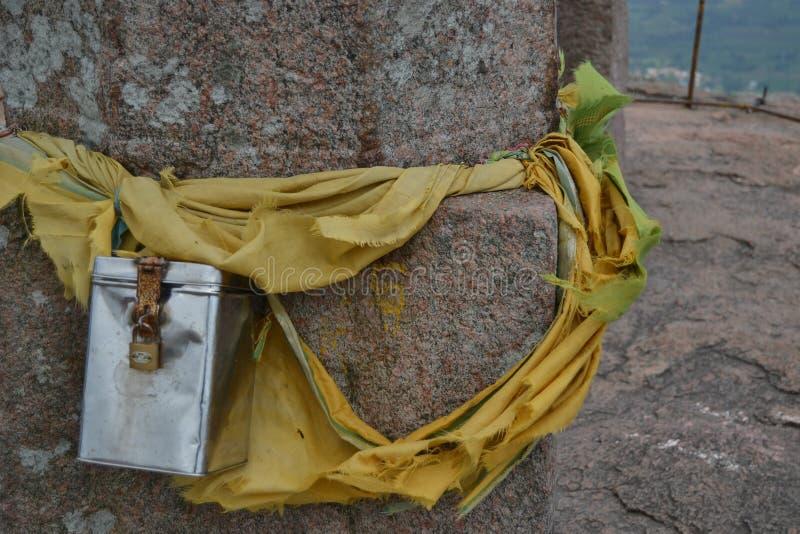 Ofrecimiento espiritual atado encendido a un pilar de la roca fotos de archivo libres de regalías