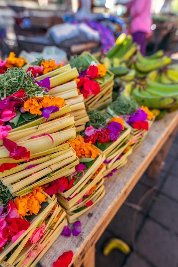 Ofrecimiento hecho a mano del balinese tradicional a dioses en un mercado de la mañana en Ubud Isla de Bali fotografía de archivo