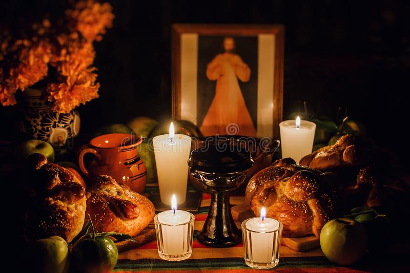 Ofrenda día de muertos, jour mexicain de l'autel mort, bougies au Mexique de offre photo libre de droits