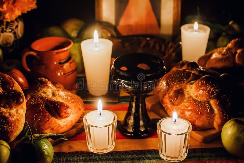 Ofrenda día de muertos, jour mexicain de l'autel mort, bougies au Mexique de offre image libre de droits