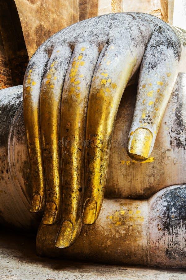 Ofrendas de la hoja de oro en los fingeres delgados fotografía de archivo libre de regalías