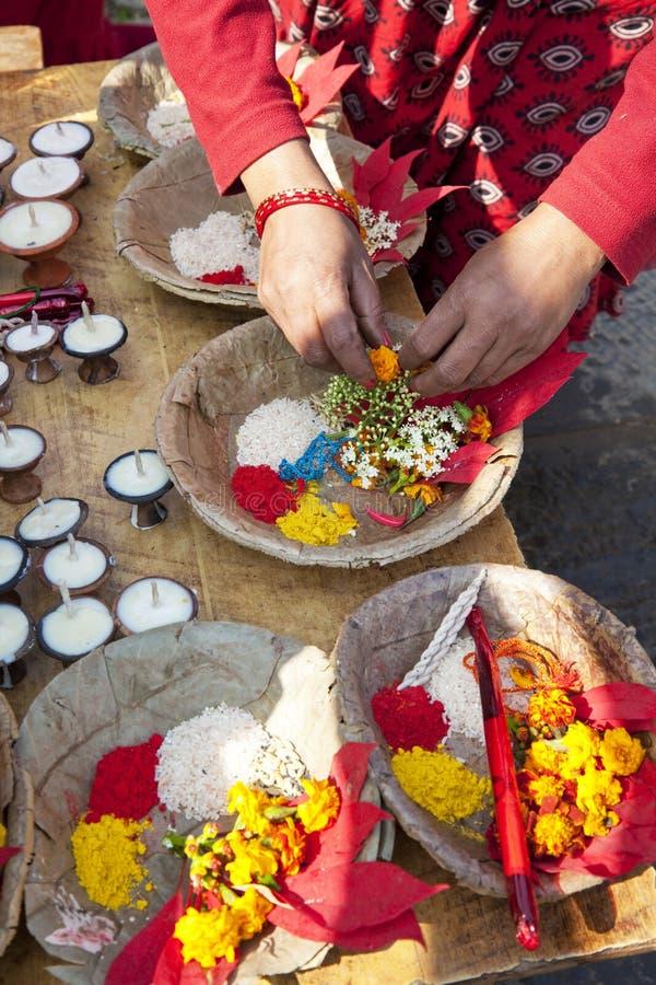 Ofrendas del rezo del templo de Changu Narayan, Nepal foto de archivo libre de regalías