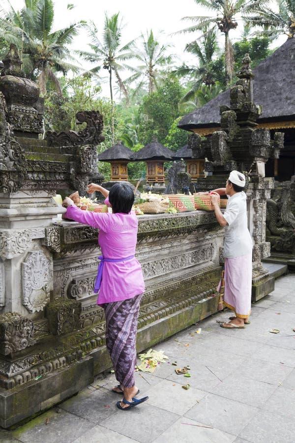Ofrendas del rezo en el templo de Tirtha Empul, Bali foto de archivo libre de regalías