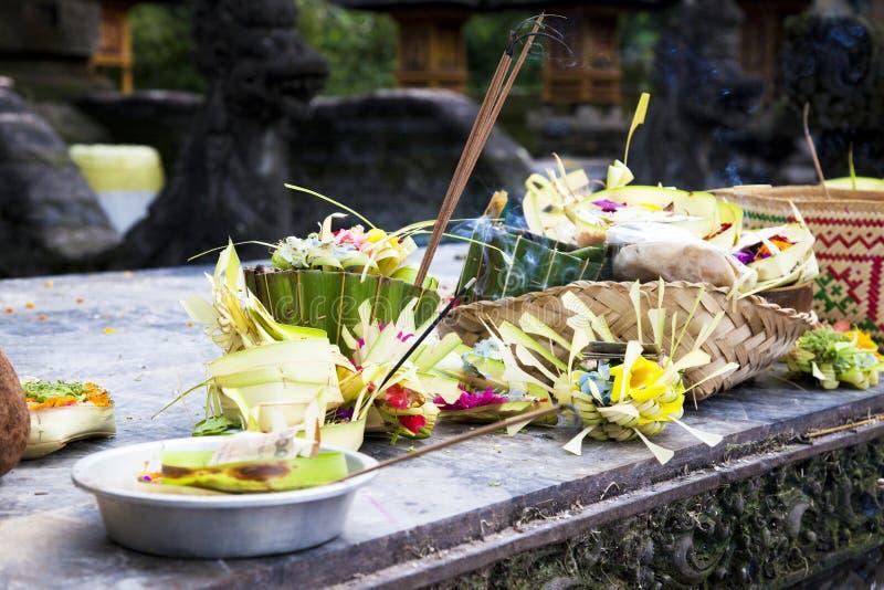 Ofrendas del rezo en el templo de Tirtha Empul, Bali imagen de archivo