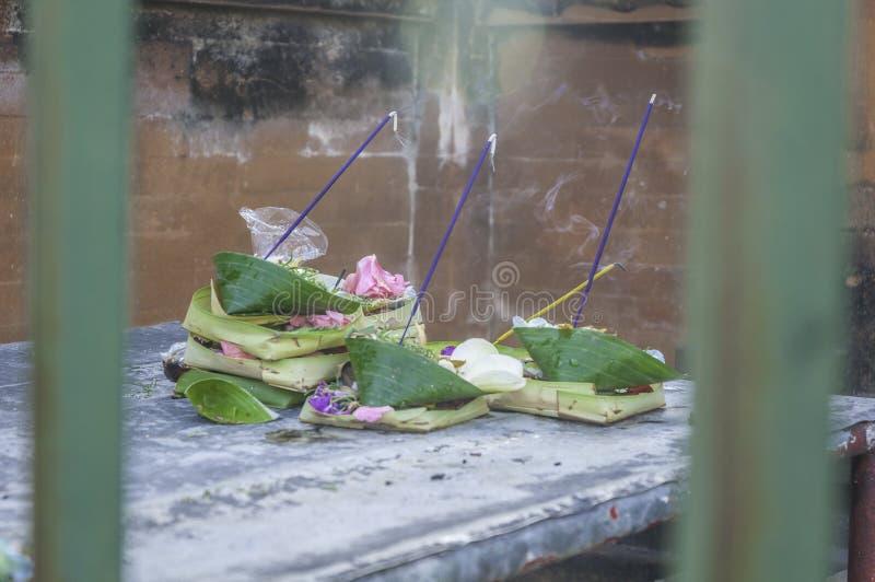 Ofrendas del rezo en el templo de Tirtha Empul, Bali imagen de archivo libre de regalías
