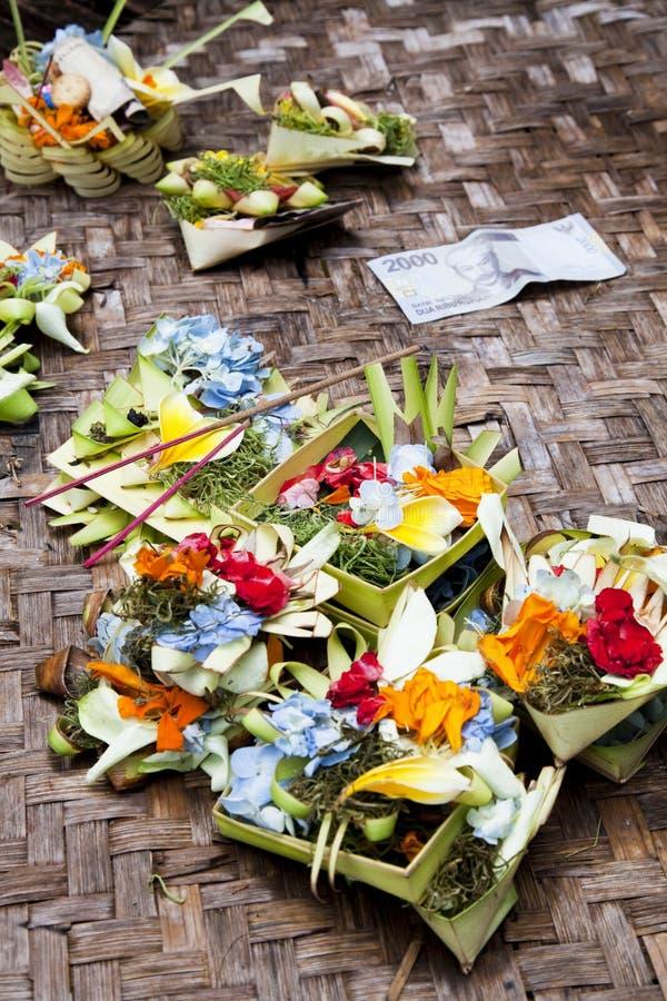 Ofrendas del rezo en Gua Gajah, Bali, Indonesia fotografía de archivo