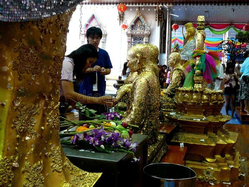 Ofrendas tailandesas que son hechas en el templo tailandés fotos de archivo