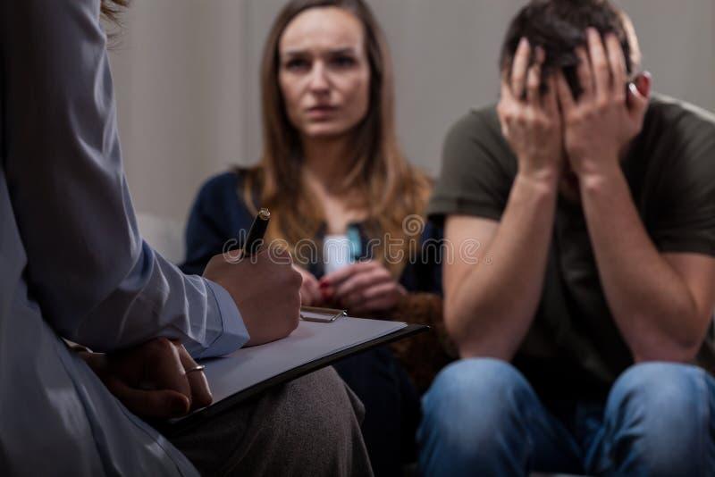Ofruktsamma par på psykoterapi arkivbild