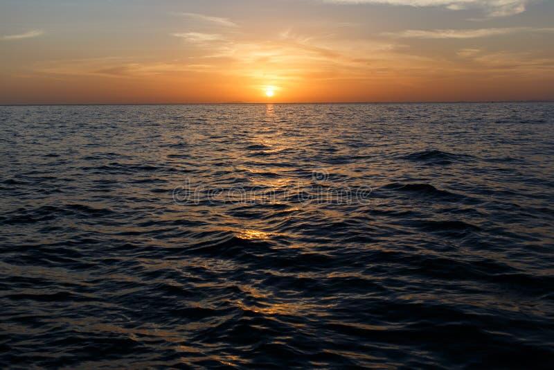Ofsunset de la imagen por el mar imagenes de archivo