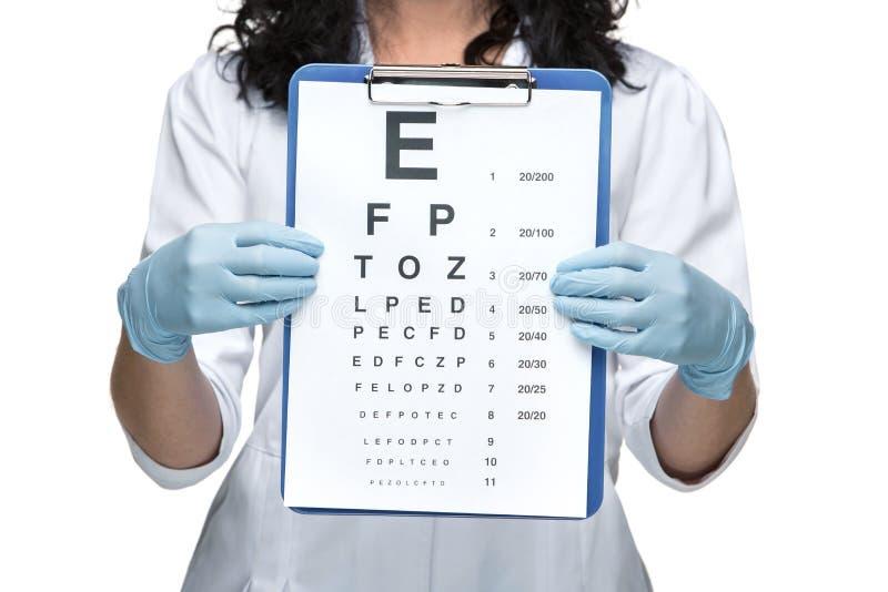 Oftalmólogo de sexo masculino con la carta de ojo fotografía de archivo