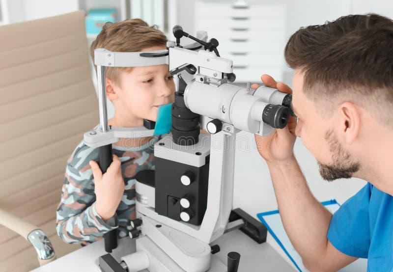 Oftalmolog egzamininuje chłopiec obraz stock