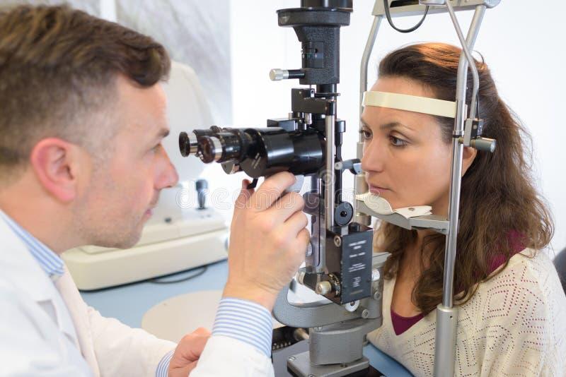 Oftalmolog egzamininuje pacjentów oczy fotografia royalty free