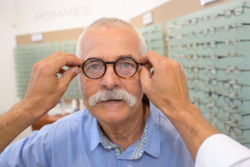 Oftalmolog sprawdza szkieł oczy fotografia stock
