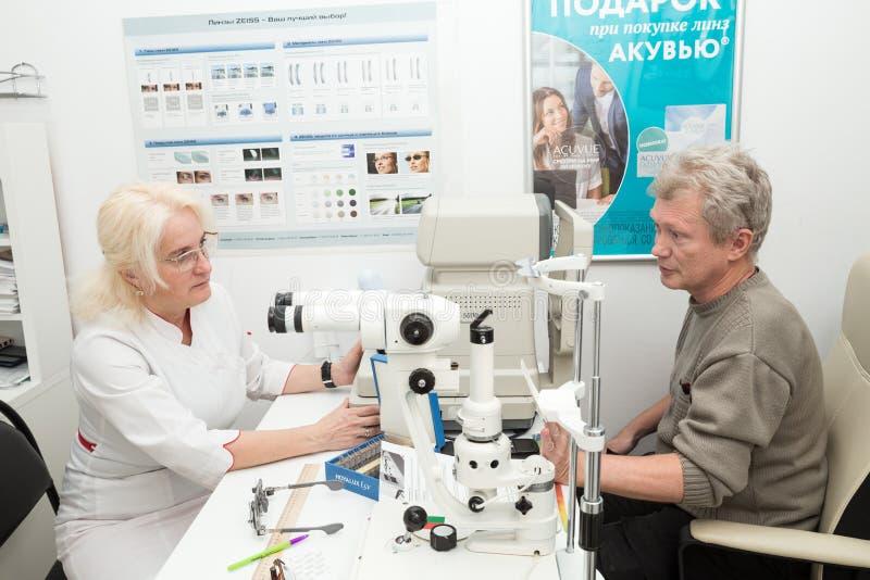 Oftalmologa pacjent i lekarka zdjęcie royalty free