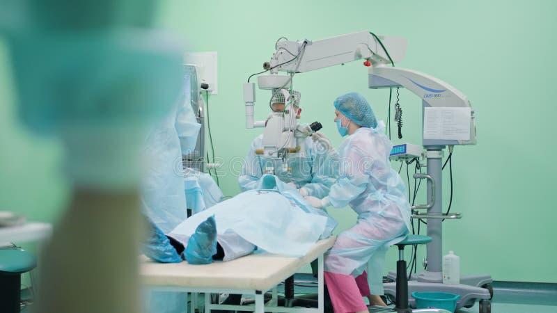 Oftalmologia chirurdzy wśród interwenci obraz stock