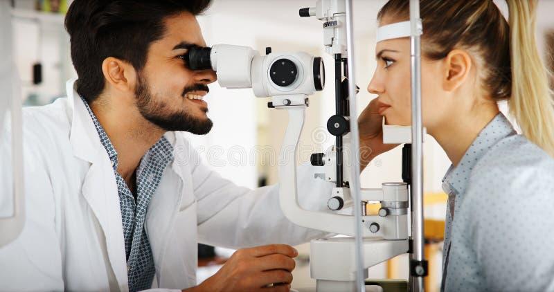 Oftalmologieconcept Het geduldige onderzoek van de oogvisie in oftalmologische kliniek royalty-vrije stock afbeeldingen