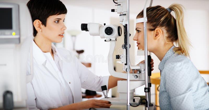 Oftalmologieconcept Het geduldige onderzoek van de oogvisie in oftalmologische kliniek royalty-vrije stock afbeelding