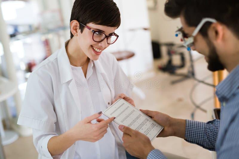 Oftalmologieconcept Het geduldige onderzoek van de oogvisie in oftalmologische kliniek stock foto