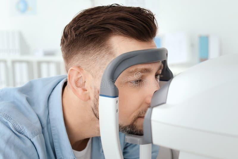 Oftalmologo di visita dell'uomo in clinica fotografia stock