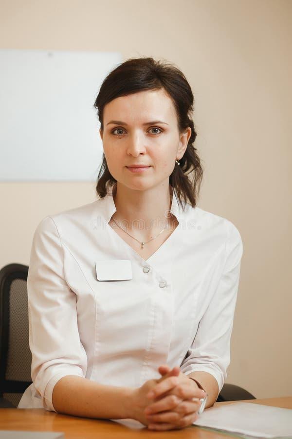 Oftalmologo femminile attraente di medico che tiene un appuntamento nella clinica di oftalmologia fotografie stock libere da diritti
