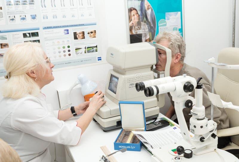 Oftalmoloog arts stock afbeeldingen