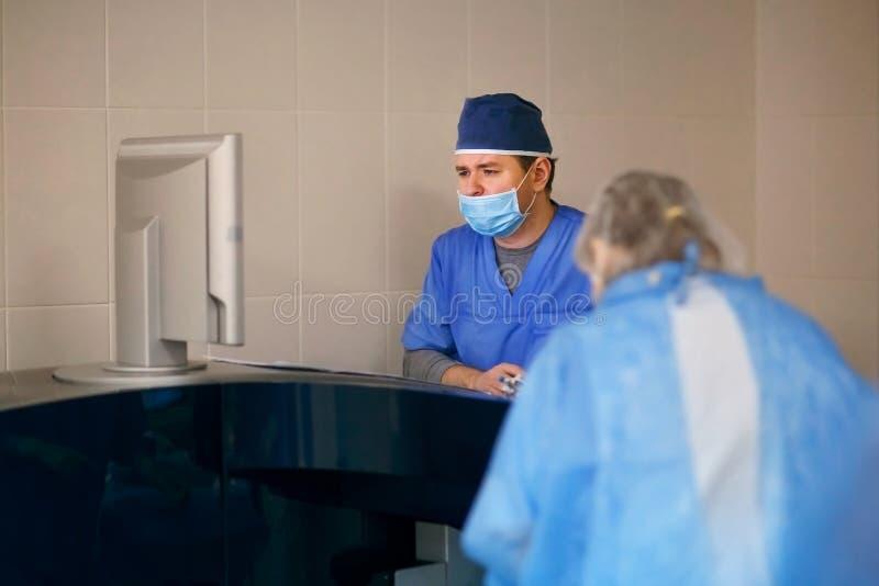 Oftalmoloog die met materiaal tijdens chirurgie werken stock afbeeldingen