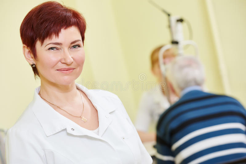 Oftalmoloog of optometristarbeider stock foto's