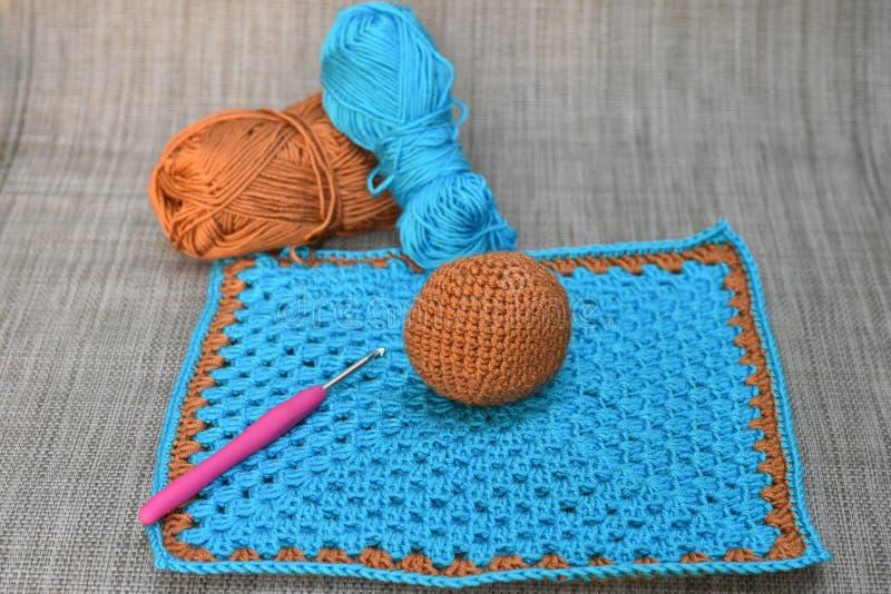 Ofullständig blå och brun barnleksak royaltyfri bild