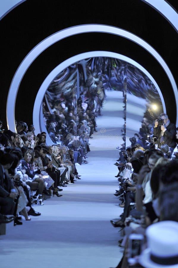 Ogólna atmosfera przy pasem startowym podczas Christian Dior przedstawienia obraz royalty free