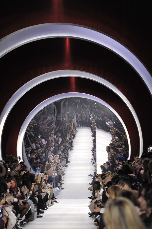 Ogólna atmosfera przy pasem startowym podczas Christian Dior przedstawienia obrazy royalty free