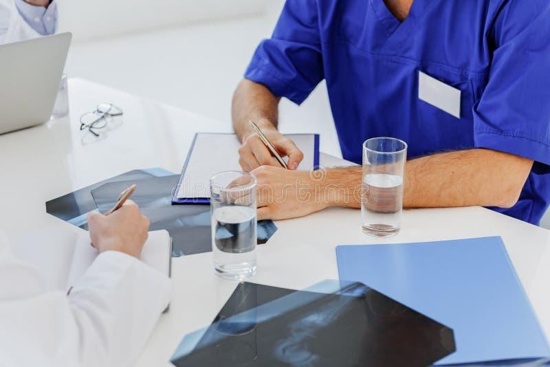 Ogólni lekarzi praktykujący robi notatkom o radiograph analizie zdjęcie royalty free