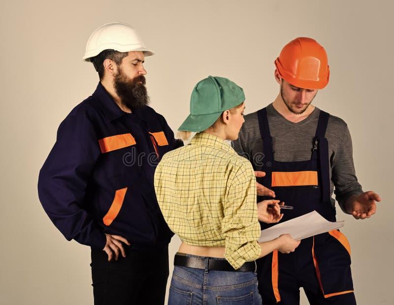 ogólni pracownicy Rekrutacyjny pojęcie Brygadzista, brygadier zatrudnia pracowników dla naprawy, podpisuje kontrakt Brygada praco fotografia royalty free