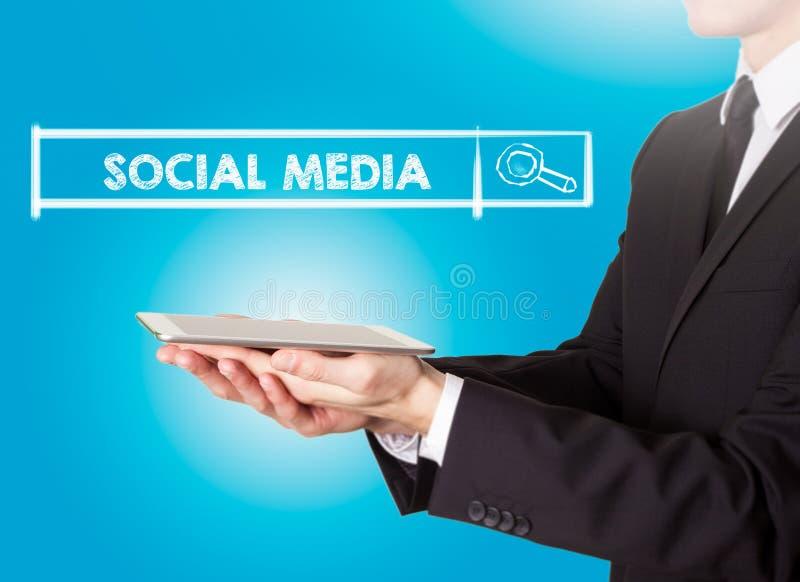 Ogólnospołeczni środki, młody człowiek trzyma pastylkę komputerowa obrazy stock