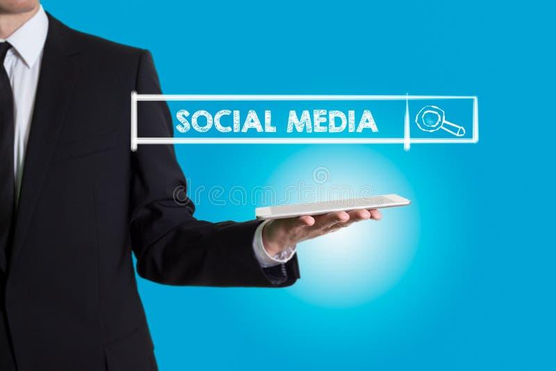 Ogólnospołeczni środki, młody człowiek trzyma pastylkę komputerowa zdjęcie stock
