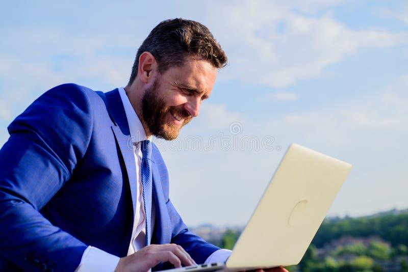 Ogólnospołeczny medialny marketingowy ekspert pracuje niebieskiego nieba tło Biznesmena surfingu odpowiedzi lub interneta emaile  obrazy stock