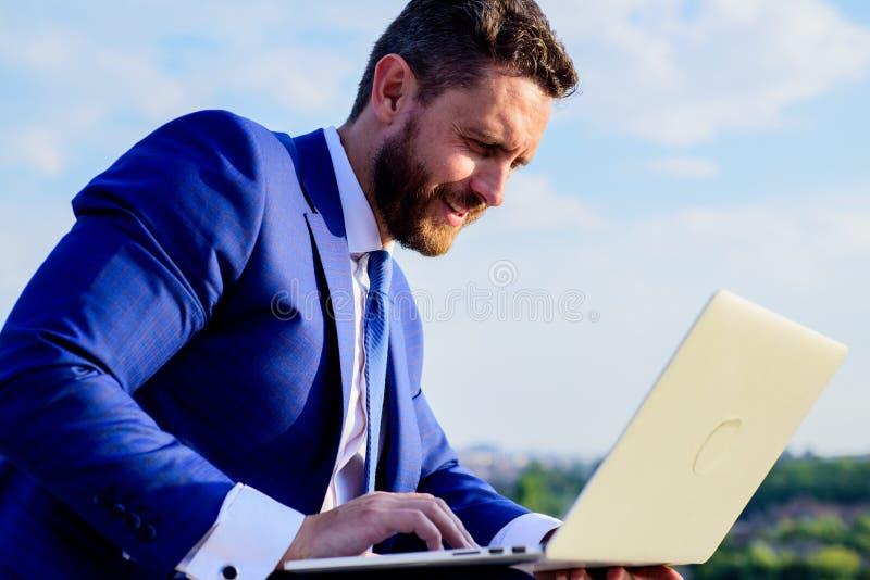 Ogólnospołeczny medialny marketingowy ekspert pracuje niebieskiego nieba tło Online reputacja twój gatunek Przyrostowa online rep fotografia stock