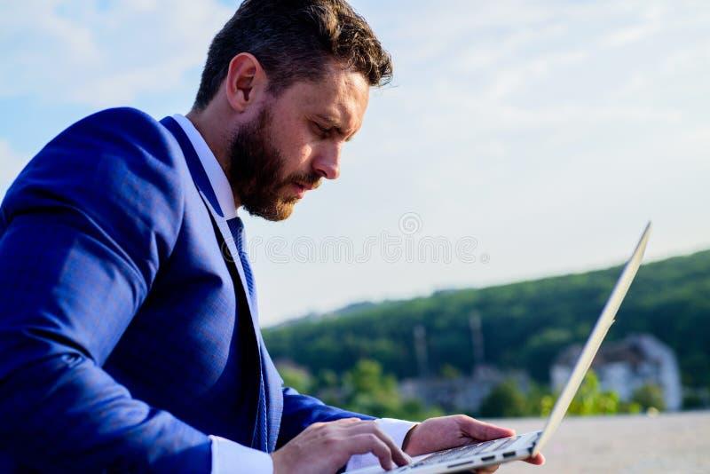 Ogólnospołeczny medialny marketingowy ekspert pracuje niebieskiego nieba tło Przyrostowe online reputacj porady Biznesmena surfin fotografia stock