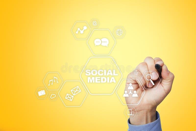 Ogólnospołeczny medialny pojęcie na wirtualnym ekranie SMM rynek Komunikaci i interneta technologia obrazy royalty free