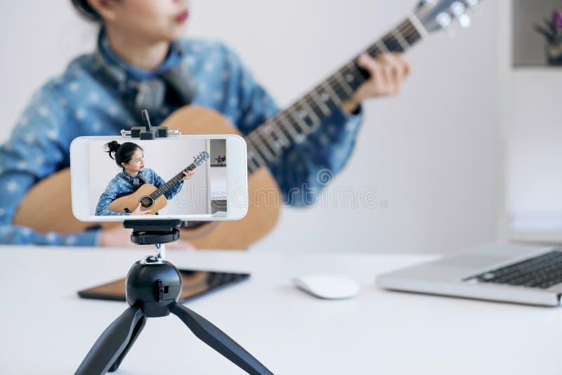 ogólnospołeczny medialny uczenie pojęcie relaksuje gitarę i bawić się, Youn zdjęcia royalty free