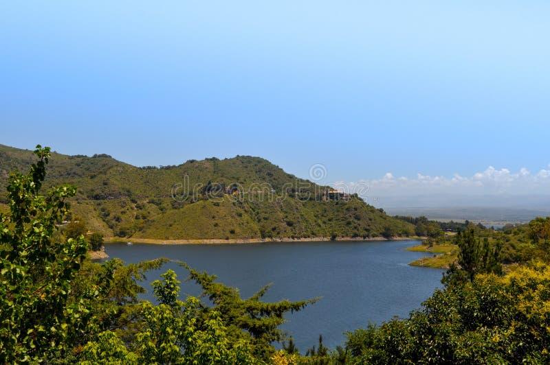 Ogólny widok jeziorny Embalse Dique los Molinos w cordobie fotografia royalty free