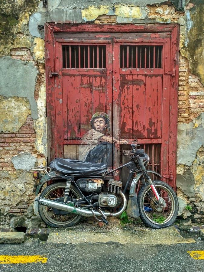 Ogólny widok malowidło ścienne «chłopiec na rowerze «malował Ernest Zacharevic w Penang na Lipu 6, 2013 Malowidło ścienne jest je obraz stock