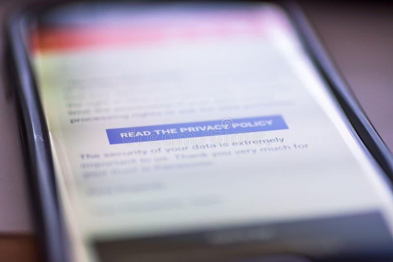 Ogólnych dane ochrony przepis zbliżenia smartphone wiadomość z guzikiem Czyta prywatności polisę - GDPR - fotografia stock