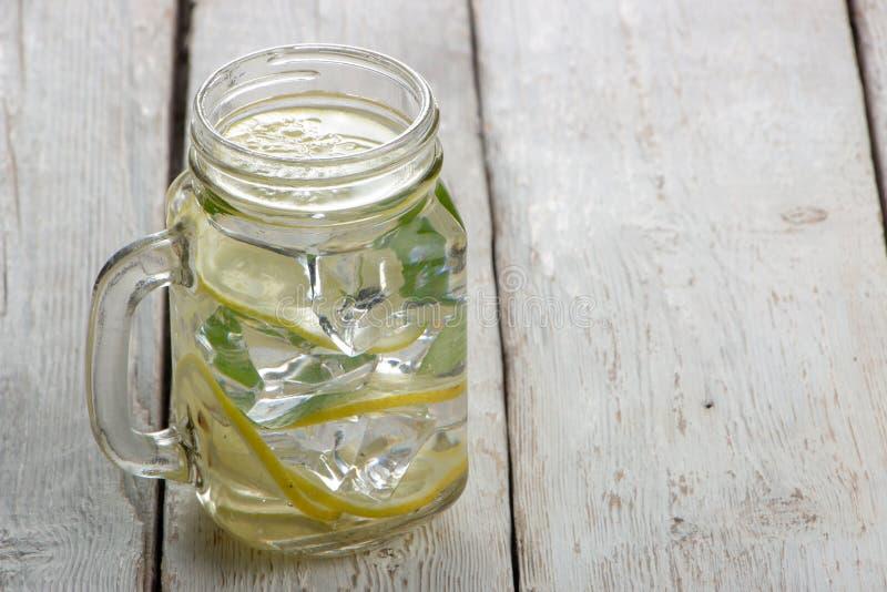 Ogórek woda, czyści wodę detoxify ciało i quench pragnienie na białym tle fotografia stock