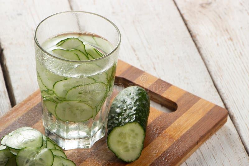 Ogórek woda, czyści wodę detoxify ciało i quench pragnienie na białym tle zdjęcia stock