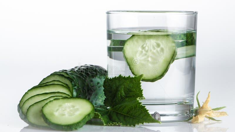 Ogórek woda, czyści wodę detoxify ciało i quench pragnienie na białym tle zdjęcie royalty free
