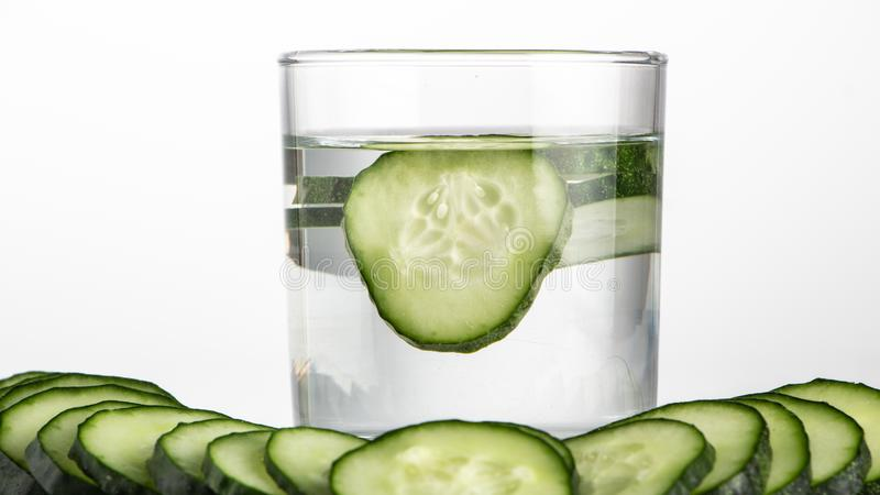 Ogórek woda, czyści wodę detoxify ciało i quench pragnienie na białym tle zdjęcia royalty free