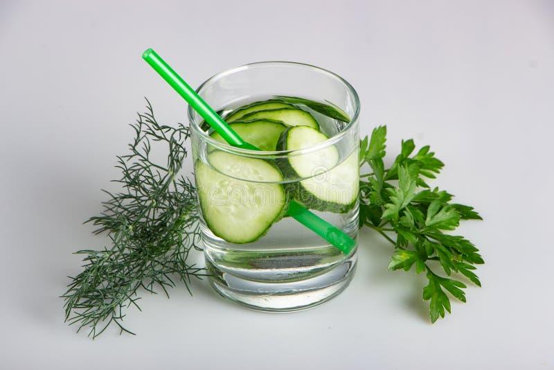 Ogórek woda, czyści wodę detoxify ciało i quench pragnienie na białym tle obrazy stock
