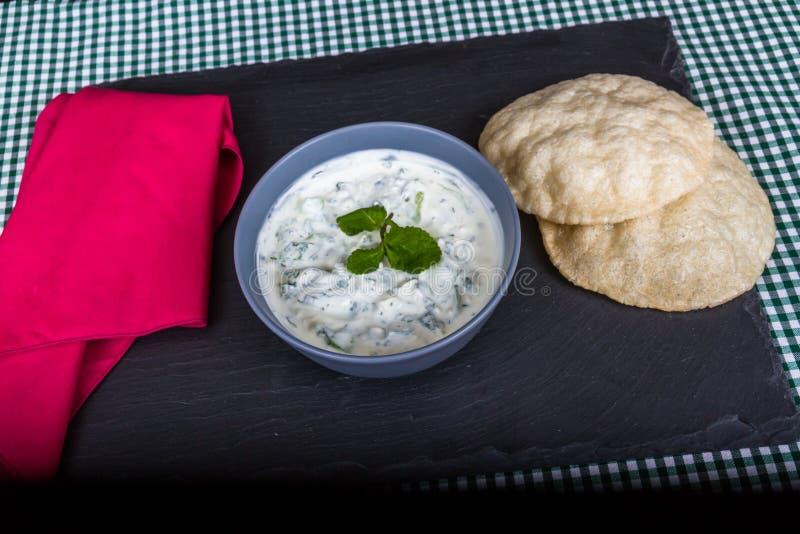 Ogórkowa sałatka z Greckim jogurtem i mennica z flatbreads zdjęcie royalty free